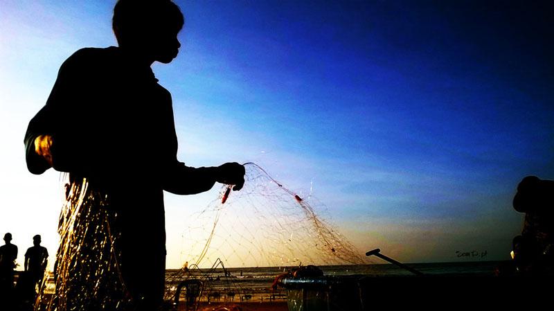 phan tich nguoi dan ong vu phu - Phân tích nhân vật người đàn ông vũ phu trong truyện ngắn Chiếc thuyền ngoài xa